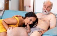 OldGoesYoung – Jennifer Mendez – Juicy brunette jumps on a wrinkled dick until orgasm